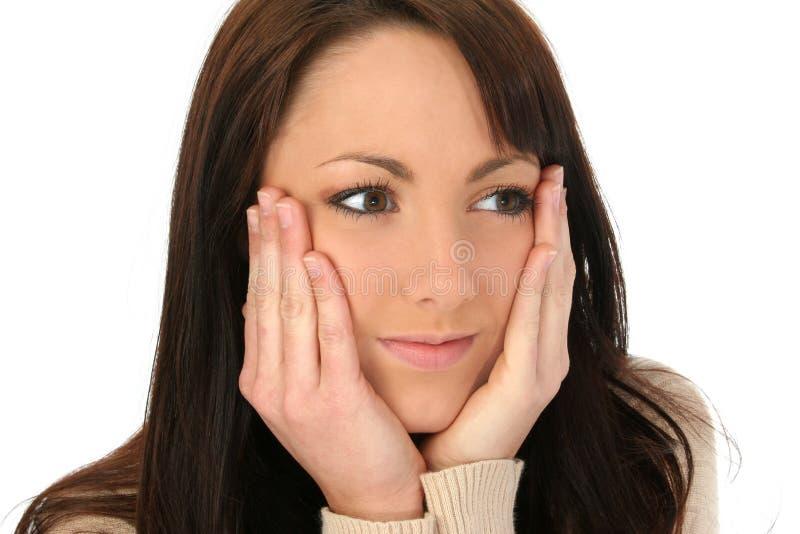 Bella donna con le mani sul fronte fotografie stock