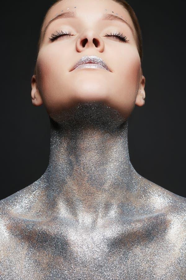 Bella donna con le scintille sul corpo e sulle labbra fotografia stock