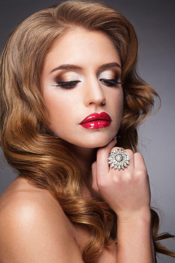 Bella donna con le sferze lunghe del ANG delle labbra rosse immagini stock libere da diritti