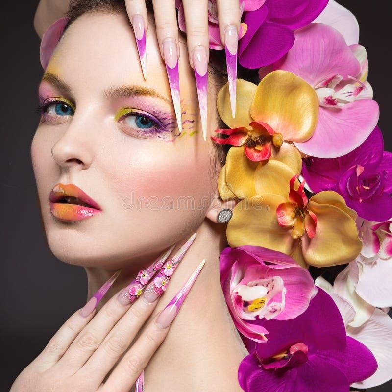 Bella donna con le unghie lunghe, pelle perfetta, capelli delle orchidee fotografia stock libera da diritti