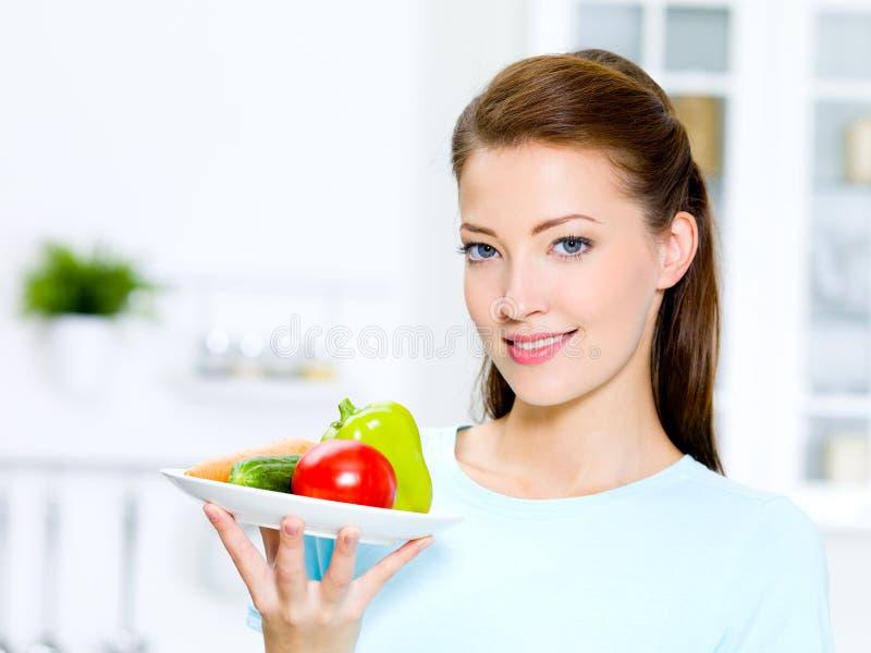 Bella donna con le verdure fotografia stock libera da diritti