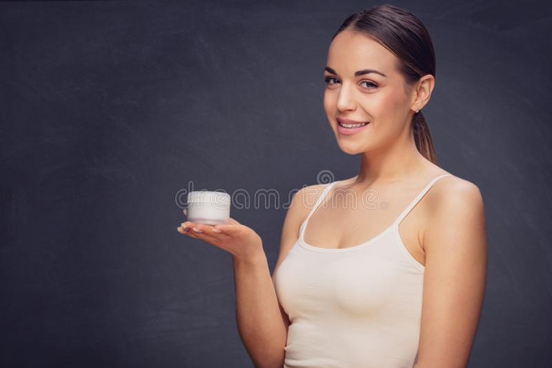 Bella donna con pelle fresca pulita ed i denti perfetti Trattamento facciale Cosmetologia, bellezza e stazione termale fotografia stock libera da diritti