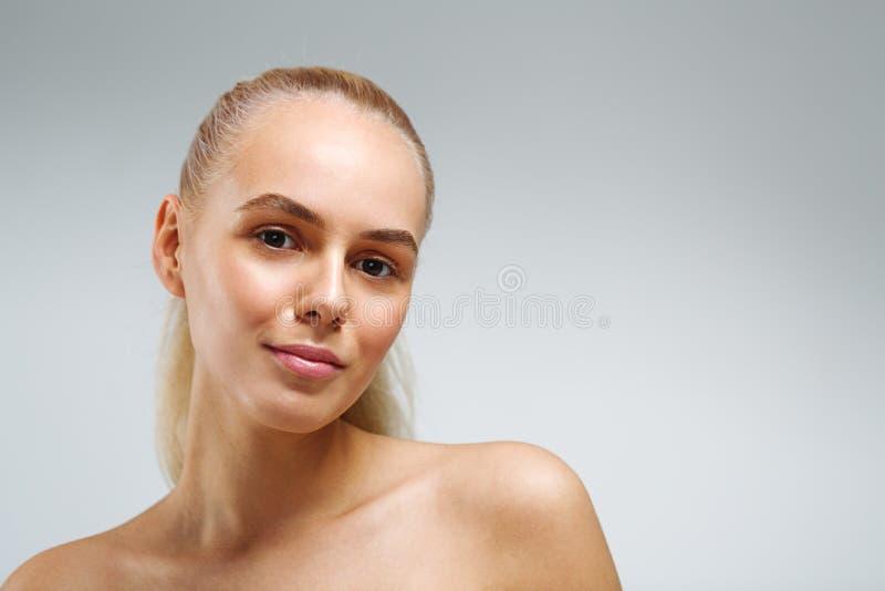 Bella donna con pelle perfetta fotografia stock libera da diritti