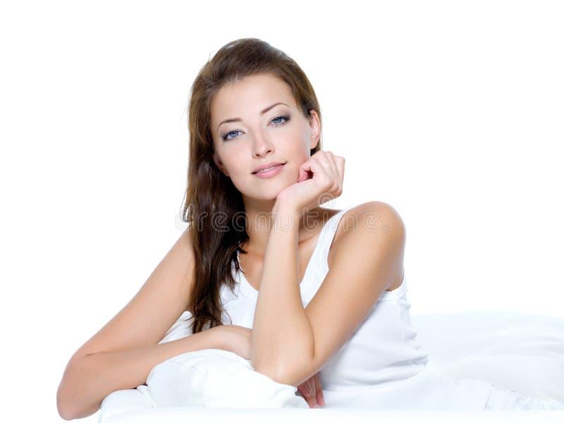 Bella donna con pelle pulita che si siede sul sofà fotografie stock libere da diritti