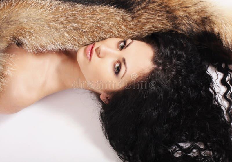 Bella donna con pelliccia immagine stock libera da diritti