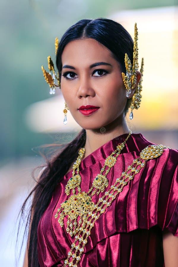 Bella donna con re tradizionale tailandese Rama 1 del vestito fotografia stock libera da diritti