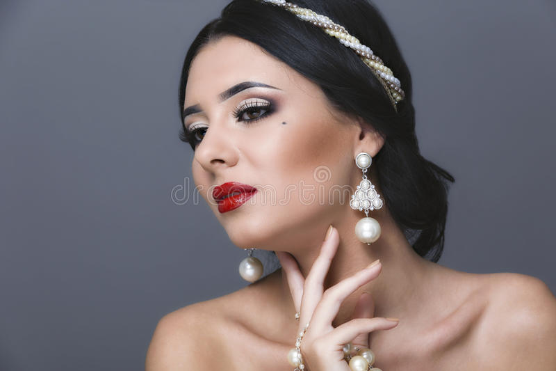 Bella donna con trucco di sera e dei capelli ricci Gioielli e immagine stock libera da diritti