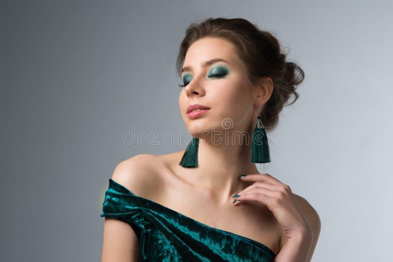 Bella donna con trucco luminoso fotografia stock libera da diritti