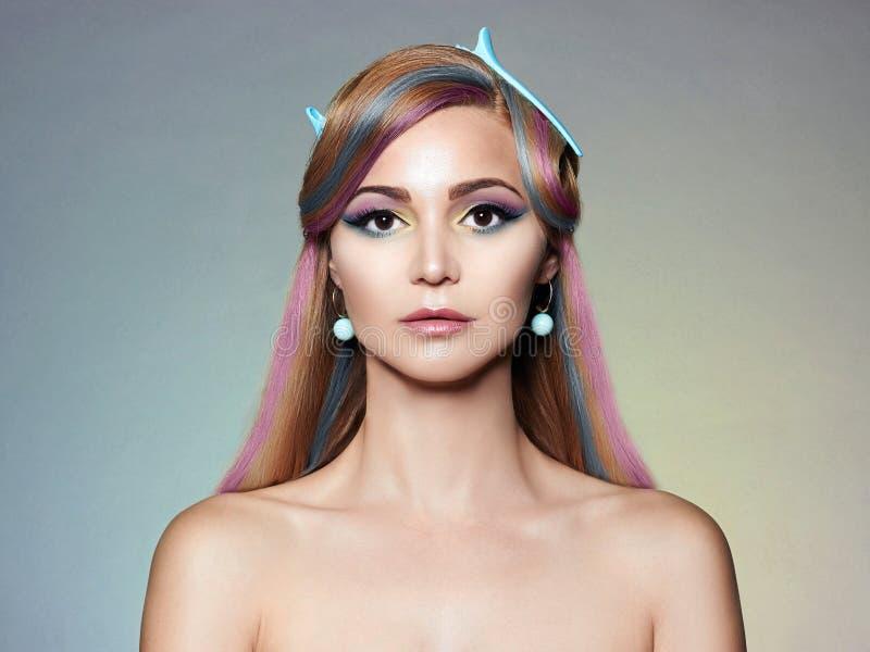 Bella donna con trucco variopinto e capelli fotografie stock