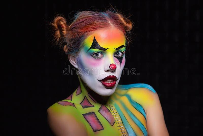Bella donna con un clown d'arte fotografie stock libere da diritti