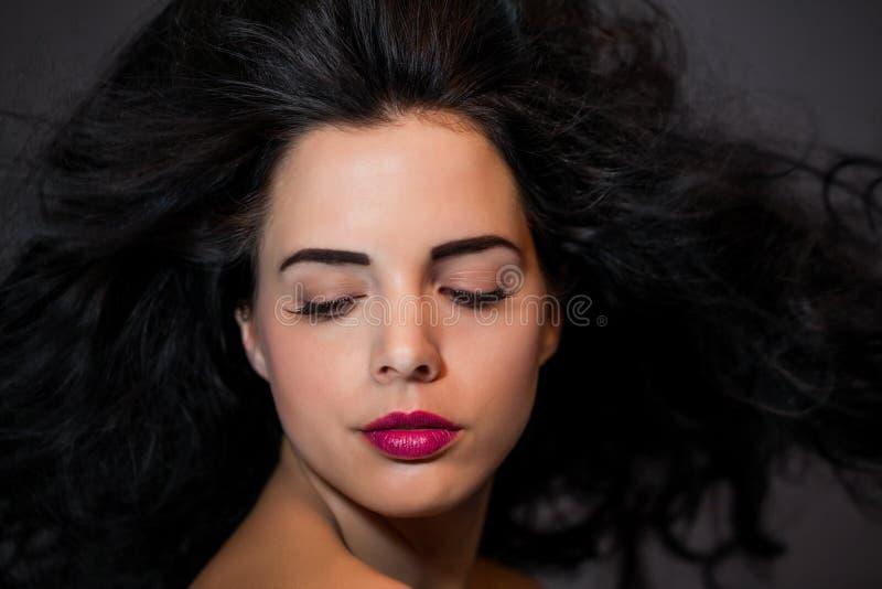 Bella donna con un'espressione serena delicata fotografie stock