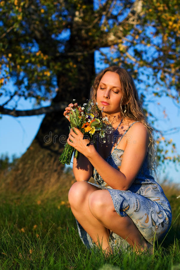 Bella donna con un mazzo di fiori. fotografia stock
