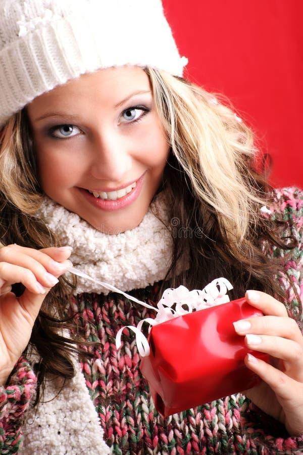 Bella donna con un regalo immagine stock libera da diritti