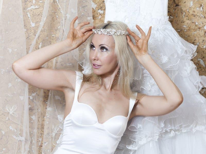 Bella donna con un vestito da sposa adattare immagine stock
