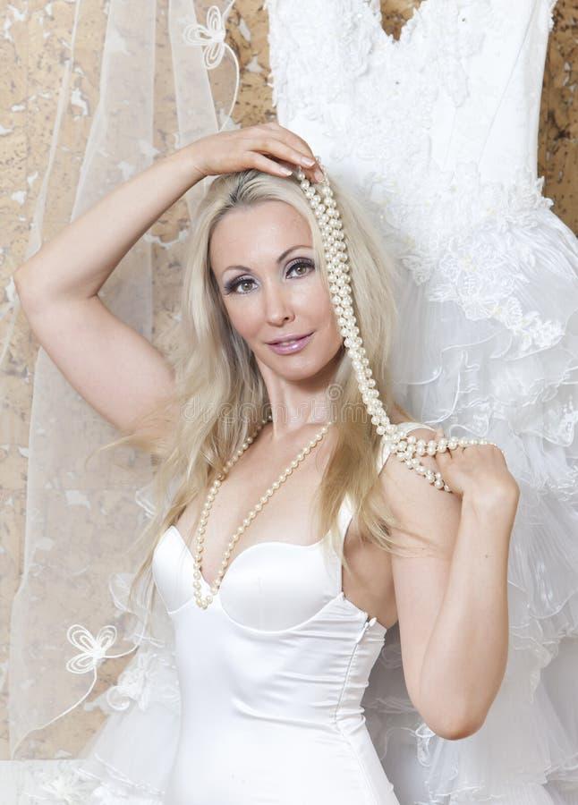 Bella donna con un vestito da sposa adattare immagini stock
