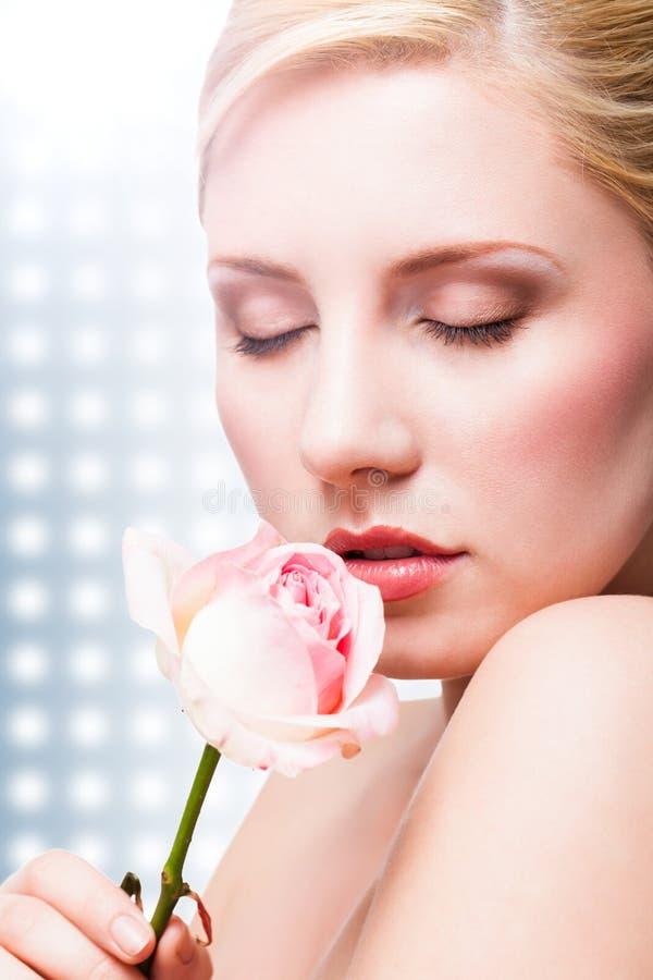 Bella donna con una rosa immagine stock libera da diritti