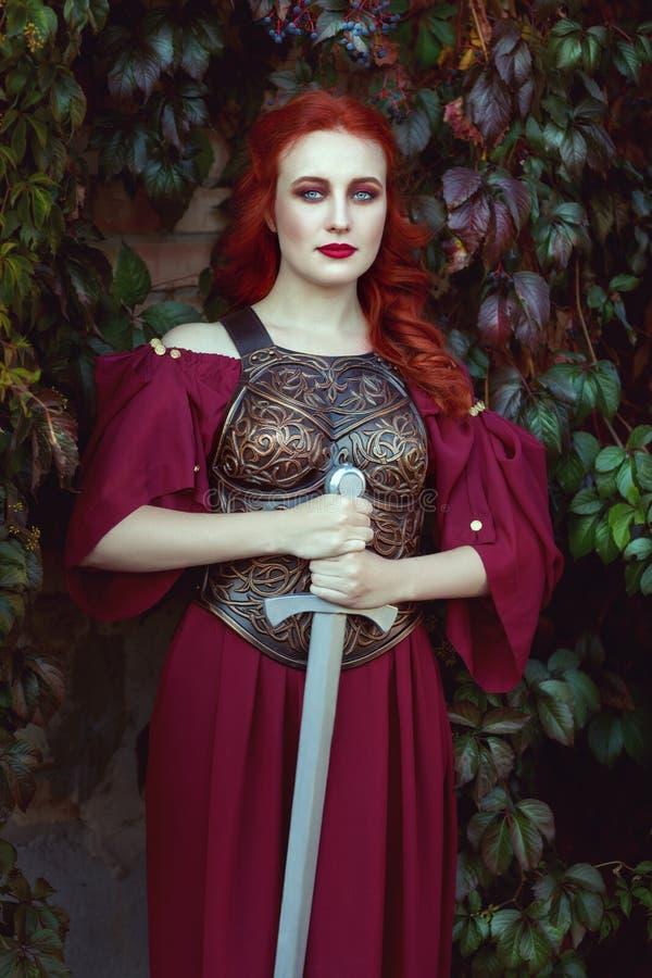 Bella donna con una spada immagini stock libere da diritti