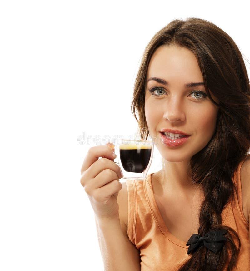 Bella donna con una tazza del caffè del caffè espresso fotografia stock libera da diritti