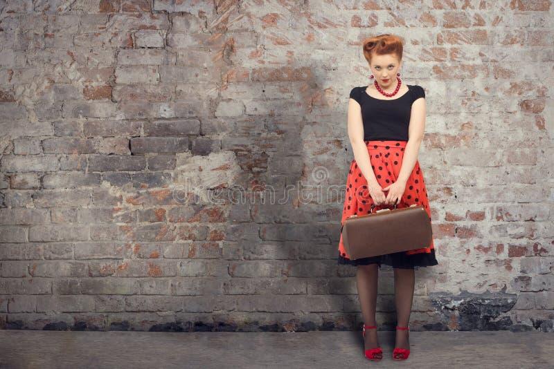 Bella donna con una valigia immagini stock libere da diritti
