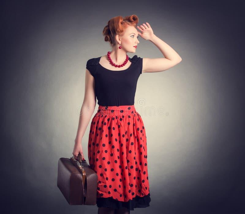 Bella donna con una valigia in un retro stile fotografia stock