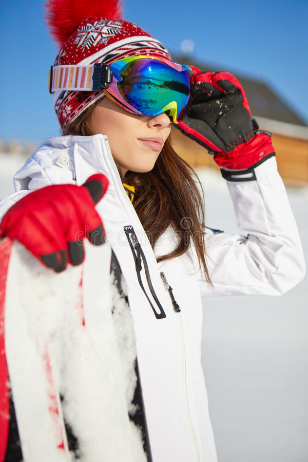 Bella donna con uno snowboard Concetto di sport immagine stock
