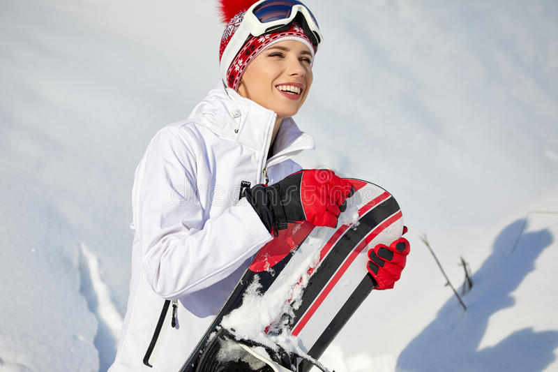Bella donna con uno snowboard Concetto di sport fotografia stock