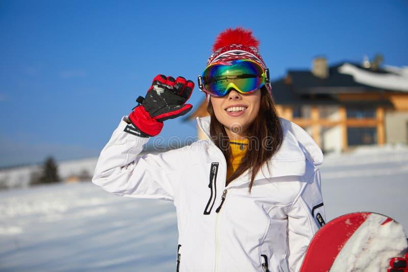 Bella donna con uno snowboard Concetto di sport immagini stock libere da diritti