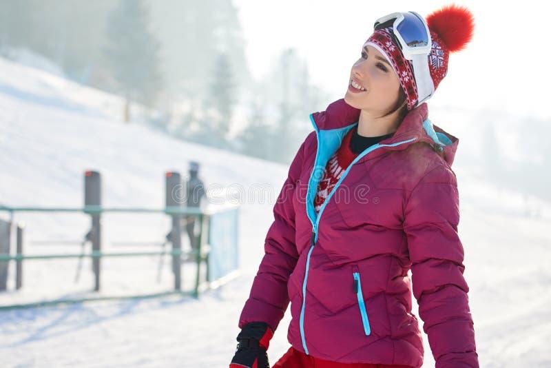 Bella donna con uno snowboard Concetto di sport fotografie stock libere da diritti