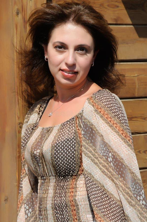 Bella donna contro una parete di legno fotografie stock libere da diritti