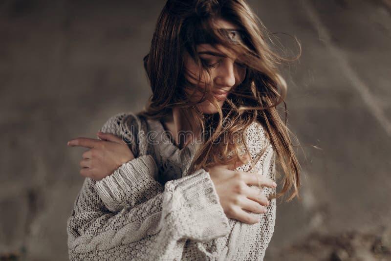 Bella donna dei pantaloni a vita bassa in vestiti indipendenti di boho, posanti nell'inverno fotografia stock libera da diritti
