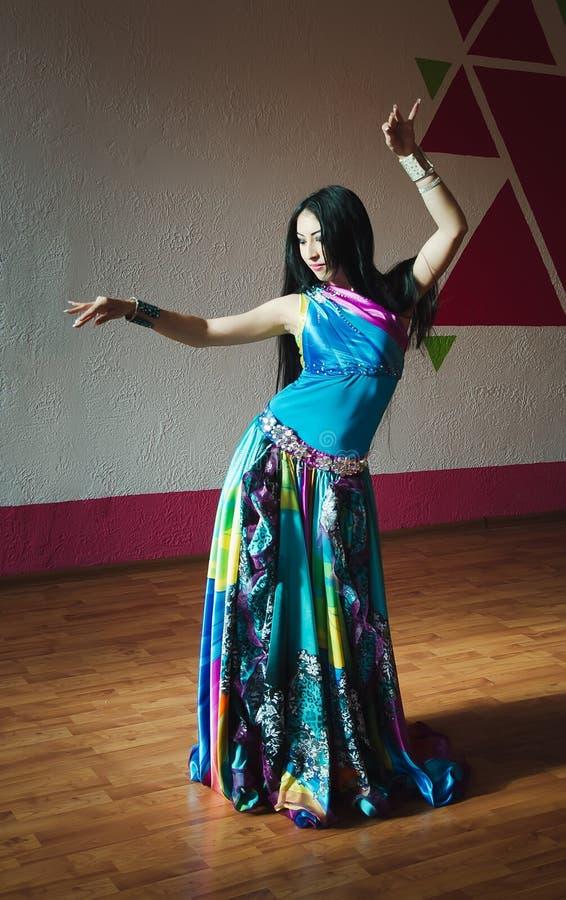Bella donna del ballerino di pancia fotografia stock libera da diritti