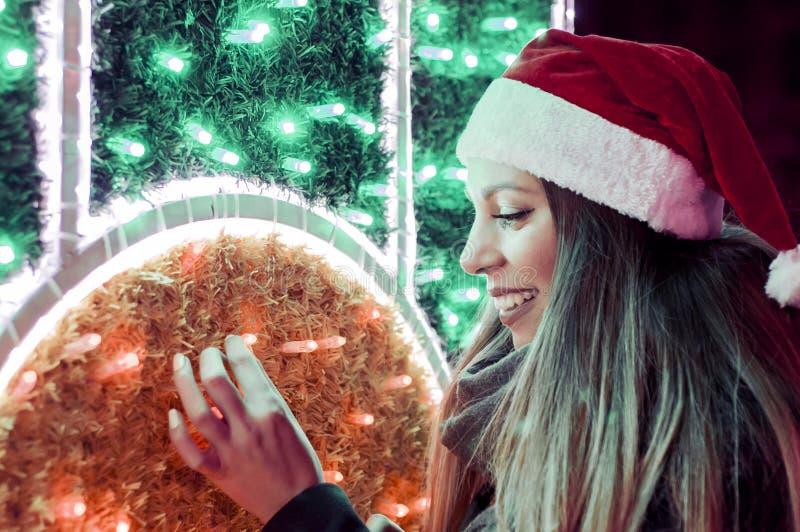 Bella donna del brunette in cappello della Santa Ritratto di bella ragazza immagini stock
