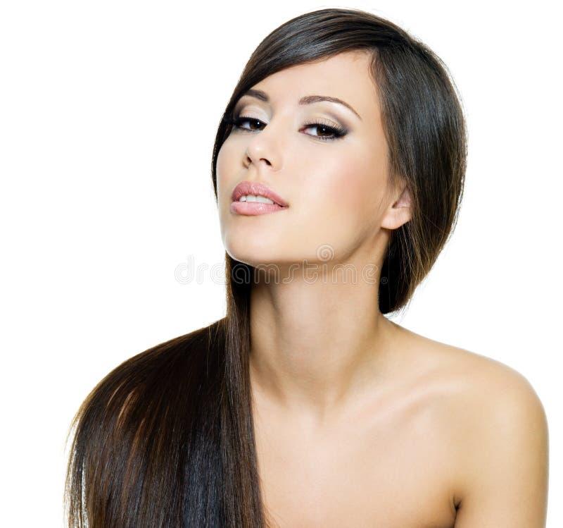 Bella donna del brunette con i capelli diritti lunghi fotografie stock