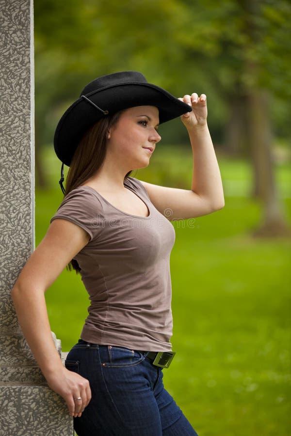 Bella donna del brunette con il cappello di cowboy immagine stock libera da diritti