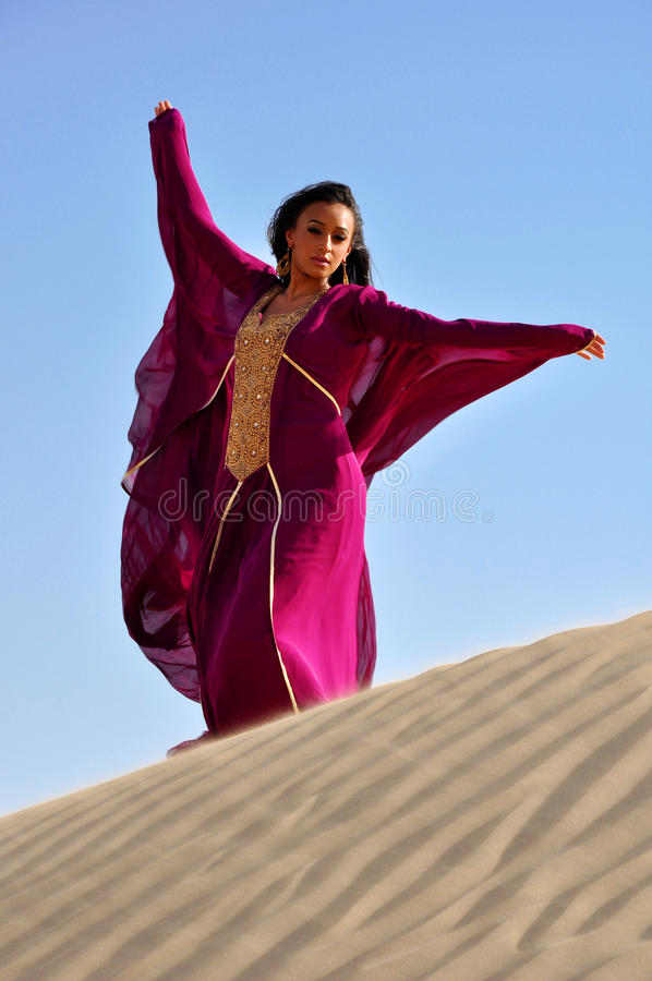 Bella donna del brunette in deserto arabo immagini stock