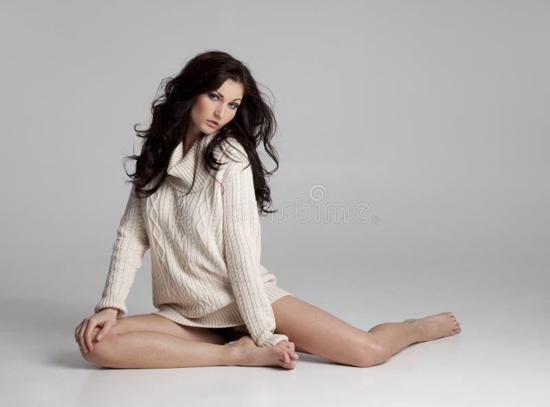 Bella donna del Brunette in maglione soltanto fotografia stock libera da diritti