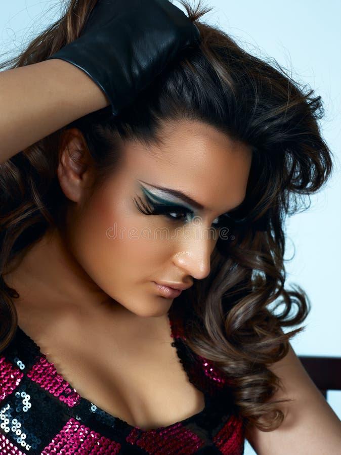 Bella donna del latino con capelli ricci lunghi fotografia stock