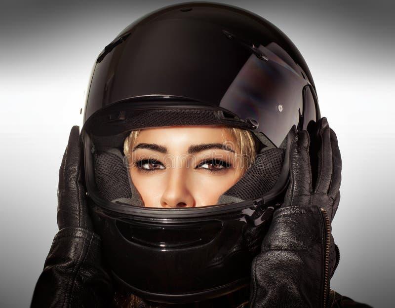 Bella donna del motociclista fotografia stock