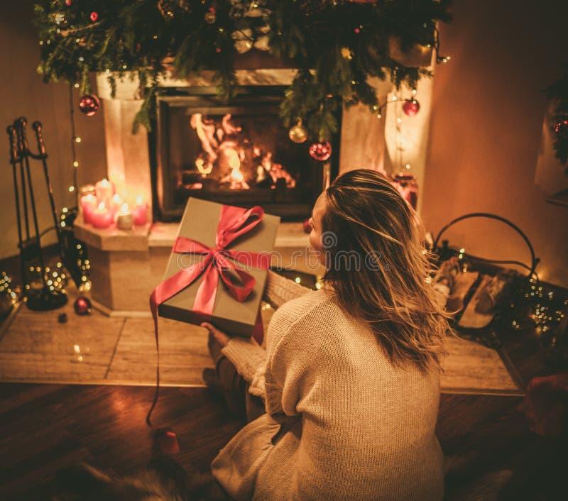 Bella donna del youn con un regalo di Natale fotografie stock