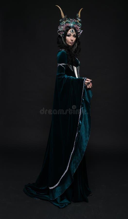 Download Bella Donna Dell'elfo Di Fantasia In Corona Del Fiore Fotografia Stock - Immagine di femmina, crown: 56887956