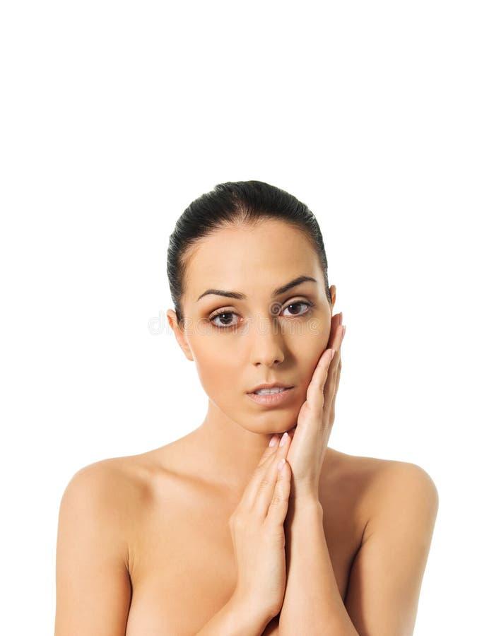 Bella donna della stazione termale che copre il suo seno immagini stock