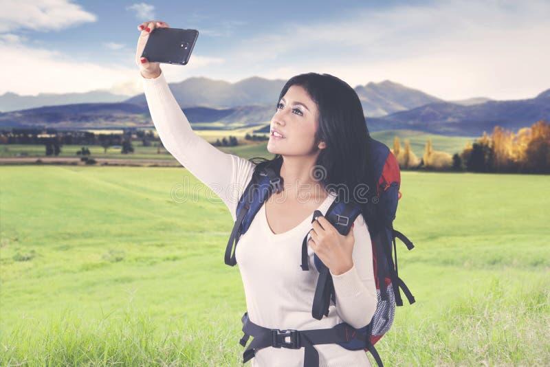Bella donna della viandante che prende immagine sulla montagna fotografie stock