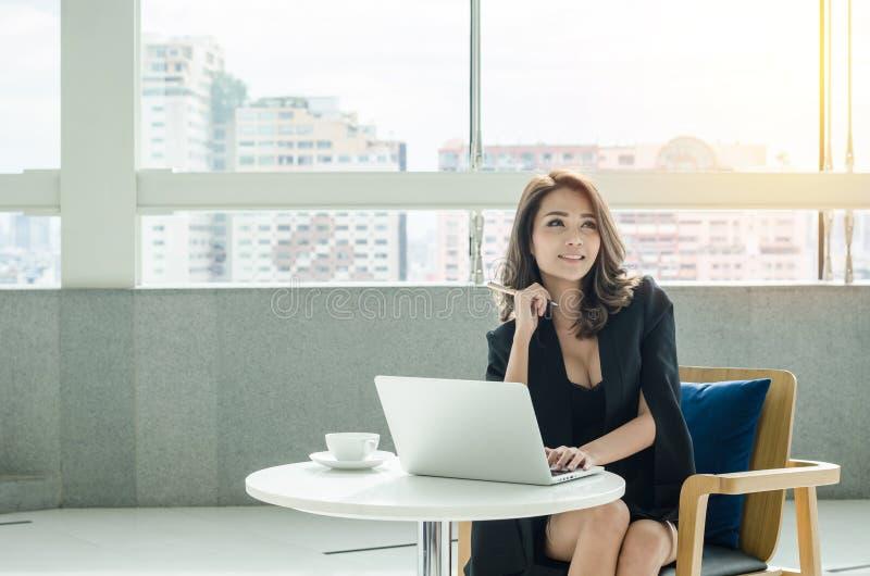 Bella donna di affari all'ufficio fotografia stock libera da diritti