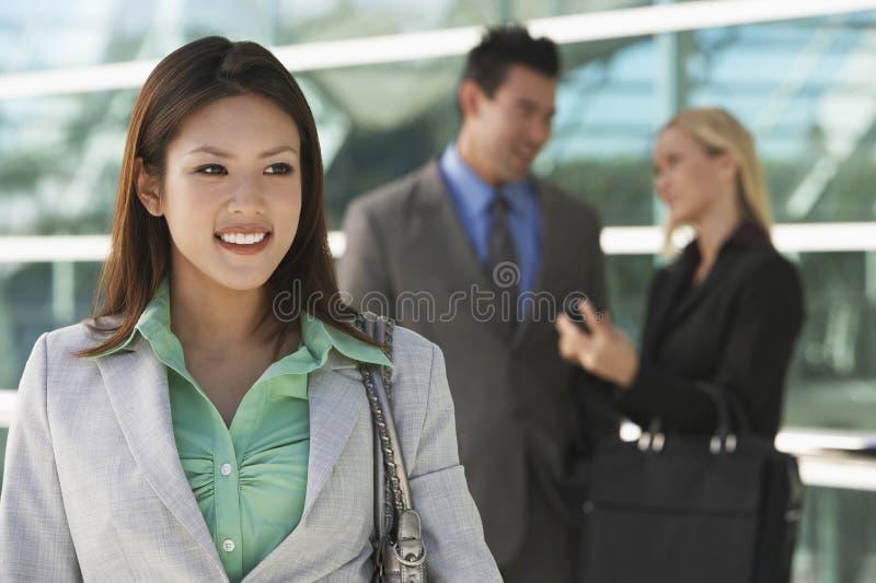 Bella donna di affari asiatica Outside Office immagini stock