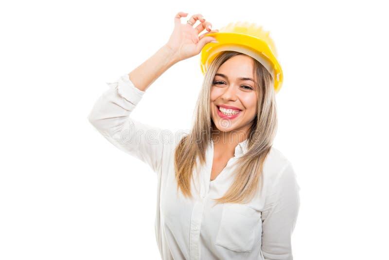 Bella donna di affari che indossa elmetto protettivo giallo e sorridere immagini stock libere da diritti