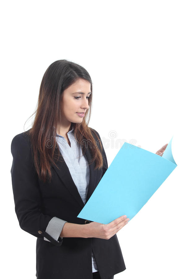 Bella donna di affari che legge un rapporto immagini stock