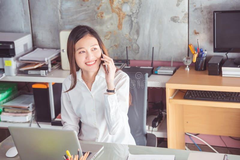 Bella donna di affari che parla con il cliente via il Ce immagini stock libere da diritti