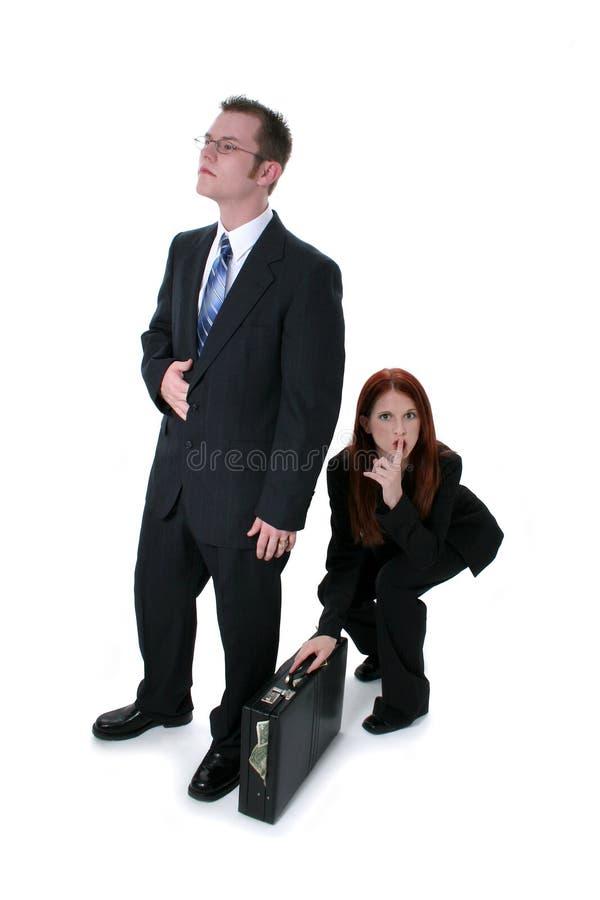Bella donna di affari che ruba cartella in pieno di soldi dalla B fotografia stock libera da diritti