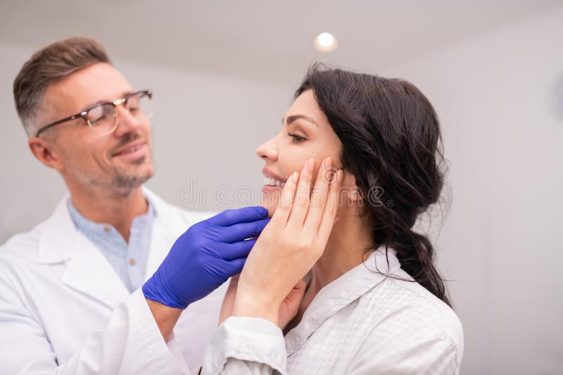 Bella donna di affari che sorride dopo il risultato di chirurgia plastica fotografia stock libera da diritti