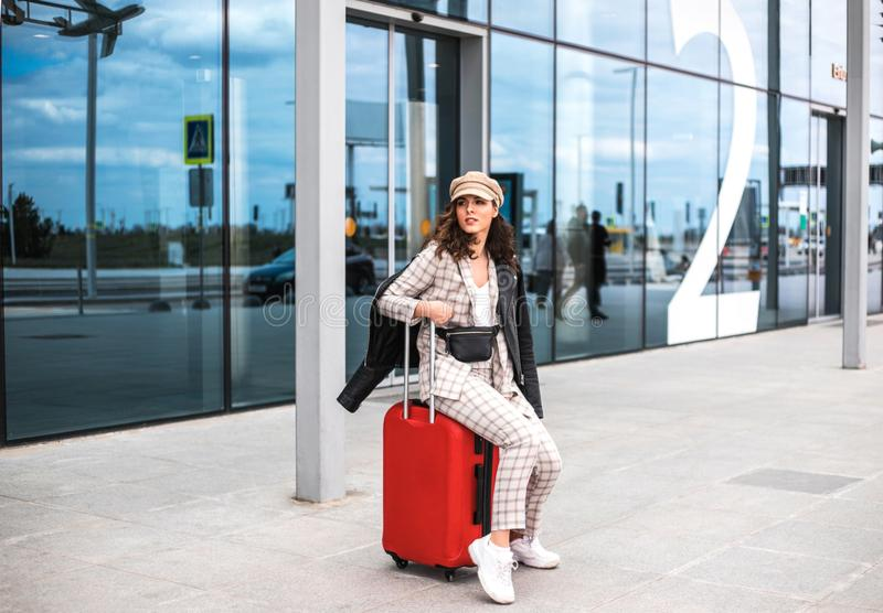 Bella donna di affari contro il contesto dell'aeroporto fotografie stock libere da diritti